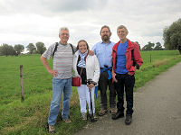 Bert Struijlaart en zijn wandelvrienden op pad bij Gorssel
